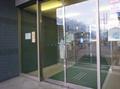 入口の自動ドアは2重ドア(点字ブロックあり)