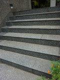 入口には階段があります