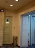 宴会場ロビーの男子トイレ