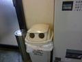 自動販売機横の空き缶入れ