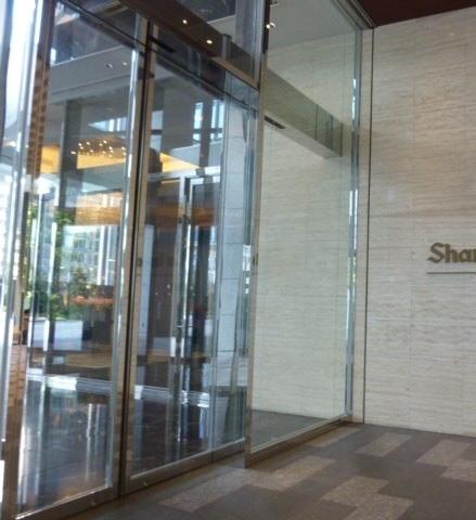ホテル1階入口自動ドア(もちろん2重ドアです)