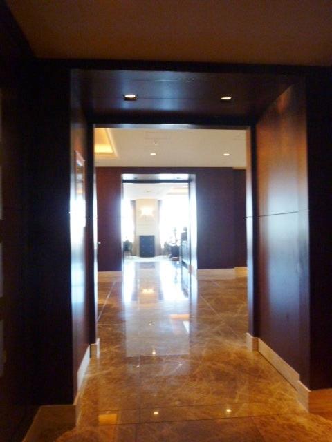 28階トイレからロビーへの廊下