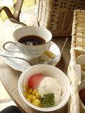 朝食のコーヒーとポテトサラダ