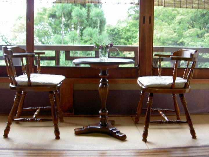 縁側のテーブルと椅子です ...
