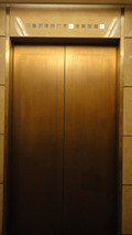 エレベーター内側