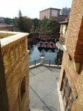 通路の窓から運河が見えました