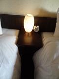 ベッドにあるライトと時計