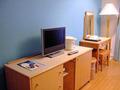テーブルとテレビ。お部屋にネット環境はありません。