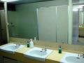 ビーチ更衣室の洗面所