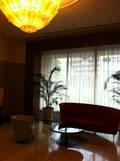 エレベーターホール横の待合ソファー