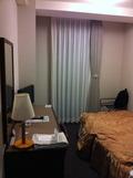 部屋は決して広くない