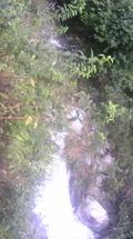 旅館の前を流れる滝