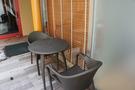 露天風呂の近くにあるテーブル椅子