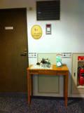 エレベーター前のテーブル