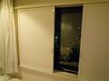 カーテンー木の板ー窓の3層構造