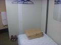 ベッド、ハンガー、室内用スリッパ