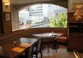 窓が大きく,開放感のあるレストラン