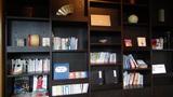 星野リゾートアンジンの壁一面の本棚 (書斎コーナー)