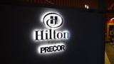 ヒルトンニセコビレッジのジム「PRECOR」入口ののネオンサイン