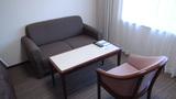 リ・カーヴ箱根の客室のシンプルなイスと机