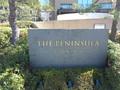 ザ・ペニンシュラ東京の正面入り口前方のホテル名の石版