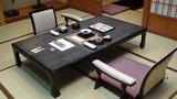 嵯峨沢館の部屋の机と座椅子