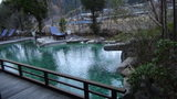嵯峨沢館のロビーから見える池