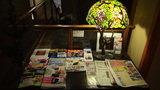 嵯峨沢館のロビーにある新聞・ガイドブック等