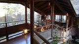 嵯峨沢館の「寝覚の湯」「夢告の湯」と宿泊棟をつなぐ廊下