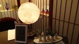 嵯峨沢館のフロントを照らすお洒落な照明や置物