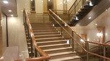 帝国ホテル東京の2Fレストラン「レセゾン」に上がるロビー中央の階段