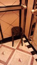 ホテルニューオータニ幕張のエレベーターに置いてある休憩用椅子