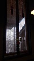 源泉と離れのお宿月のお食事処の窓の日除けブラインド