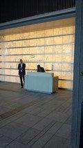 パレスホテル東京の正面エントランスのホテルマン