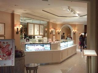 横浜ロイヤルパークホテルのロビーの喫茶入口