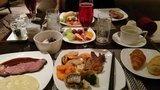 ヒルトン東京の1F「マーブルラウンジ」のビュッフェの配膳