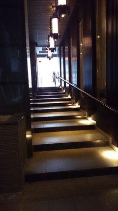 アパホテル浅草蔵前の正面入口からの段差のあるアプローチ