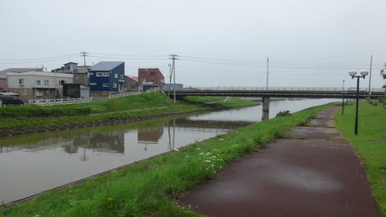 はぼろ温泉サンセットプラザの横を流れている羽幌川と遊歩道