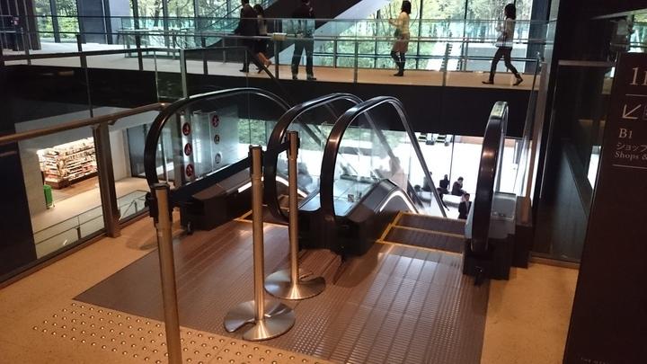 アマン東京のフロント入口に上がるエスカレーター