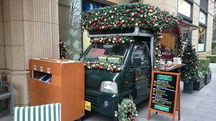 ザ・ペニンシュラ東京の前にあるクリスマスデコレーションをしたワゴン
