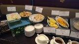 中華料理「芙蓉城」のビュッフェのあん入り胡麻揚げ団子、パイナップル