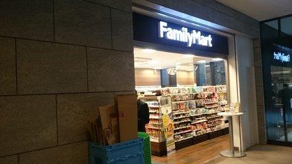 1FにあるファミリーマートOOTEMORI店