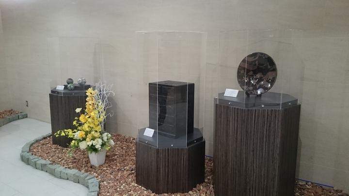 ホテルメトロポリタン高崎の入口の工芸品の展示