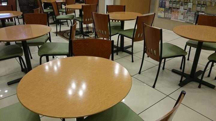 東横イン高崎駅西口1の1Fロビー兼食堂のテーブル・椅子