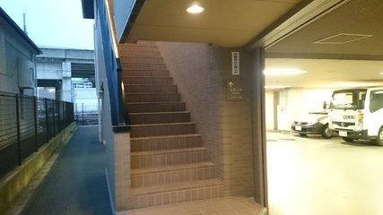 ホテルルートイン高崎駅西口の駐車場から1Fフロントへの階段