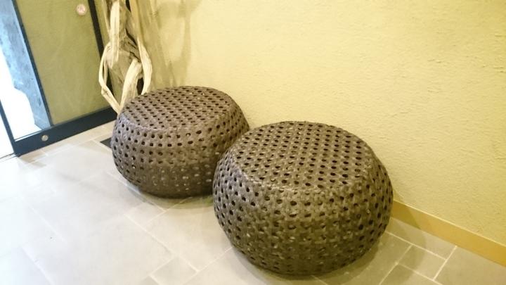 ホテルココ・グラン高崎の1F入口の椅子