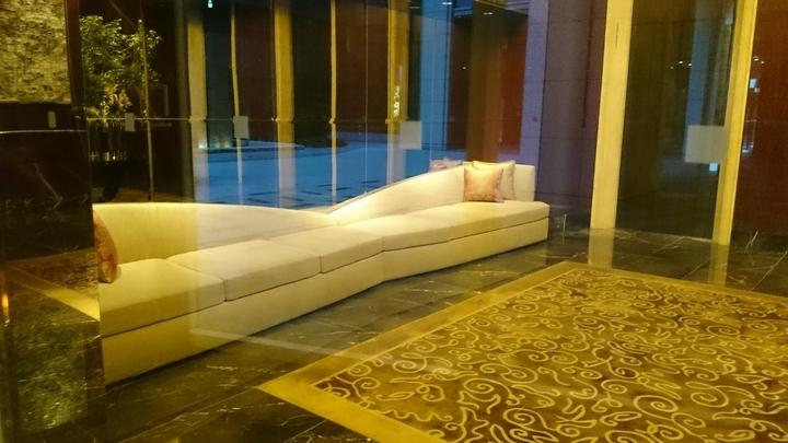 シャングリ・ラ ホテル東京のロビーのソファ