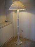ベッド横にあるランプ
