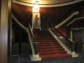 ロビー中央の上り階段