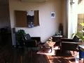 オーナー手作りの家具が並ぶロビー